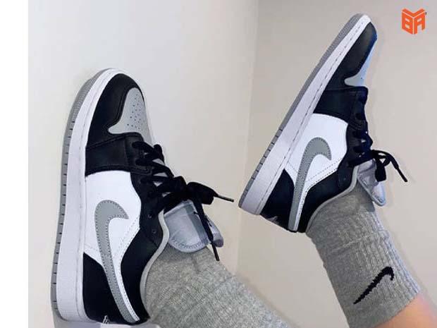 Chú ý màu sắc của đôi giày
