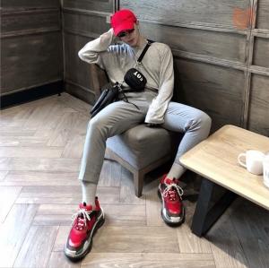 Bạn hãy tham khảo ngay 3 mẫu sneaker đỏ cực ngầu này nhé.